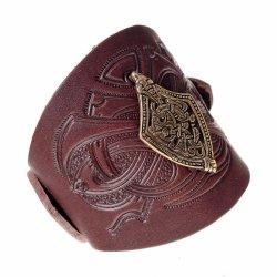 Leder-Armband mit keltischer Zierniete und Prägung.